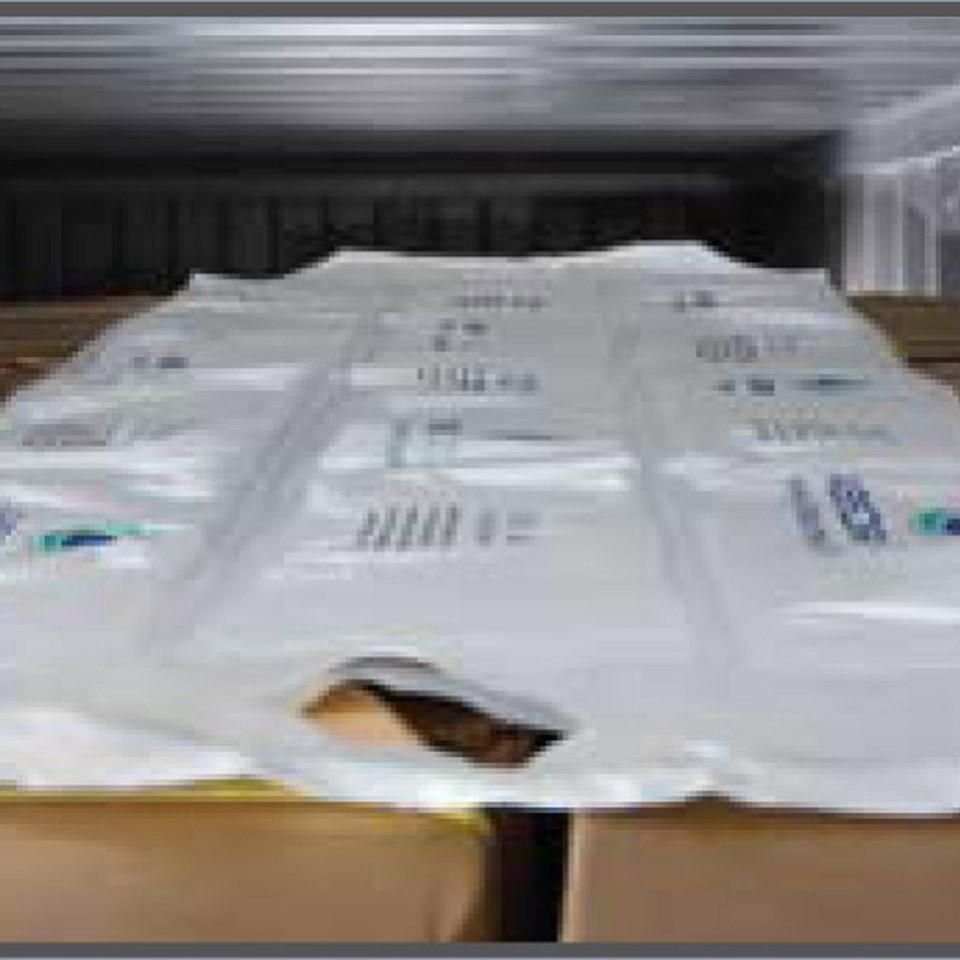 Blanket sobre as caixas dentro do container