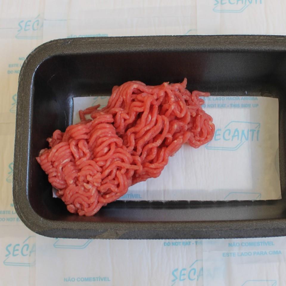 Aspecto em embalagem preta com carne moída.